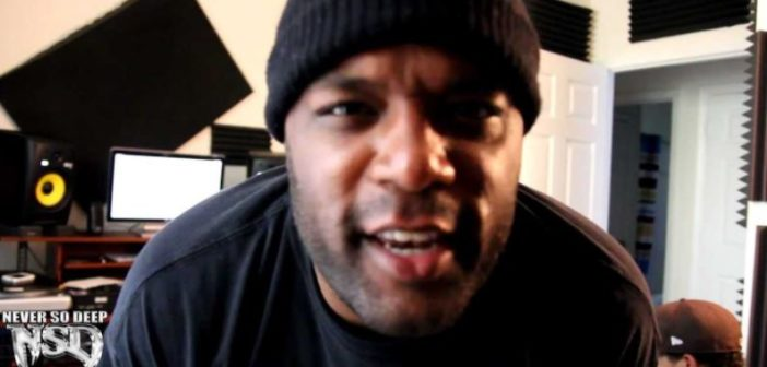 DJ Bless in seinem Musikstudio schaut nah in die Kamera