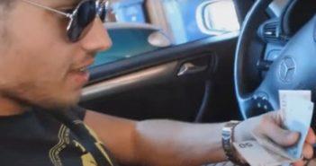 Julien sitzt im Mercedes und zählt Geldscheine - JuliensBlog