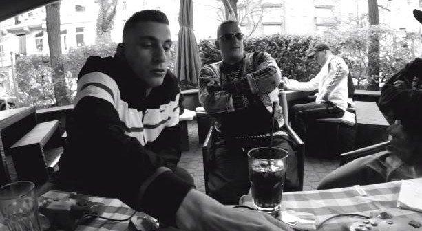 Gzuz und LX sitzen am Tisch