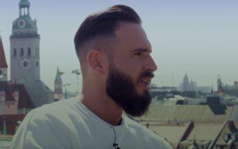 Shindy mit Bart auf Balkon mit Stadt im Hintergrund