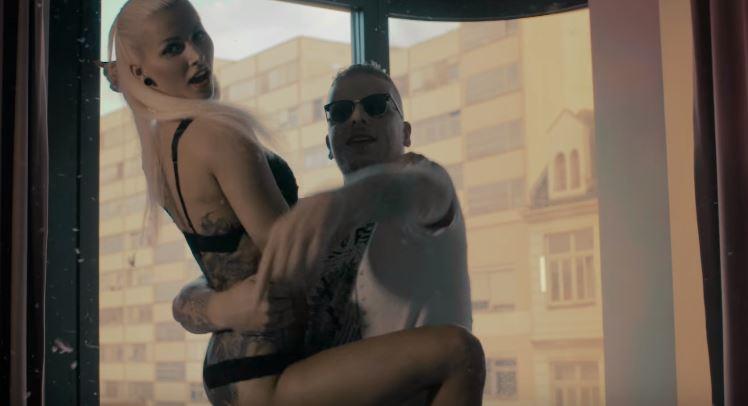 Bonez MC hält eine Frau auf seinem Schoß