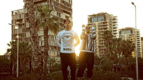 Raf Camora und Bonez MC stehen auf der Straße während eines Sonnenuntergangs