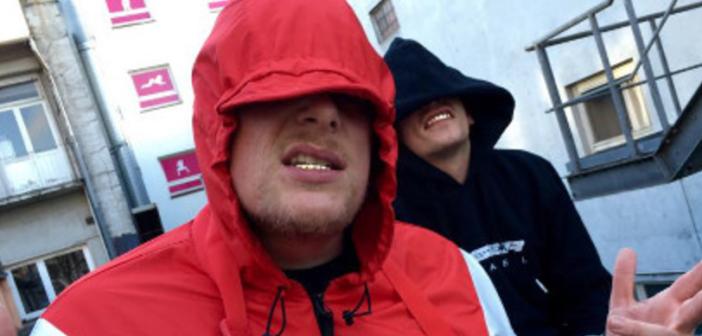 Bonez MC mit roter Kapuze im Gesicht