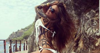Schwesta Ewa in weißem Bikini mit Tattoos am Berg