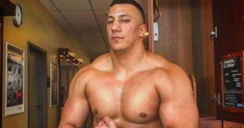 Farid Bang oben ohne spannt seine Muskeln an