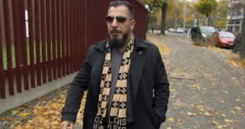 Ahmad Patron Miri läuft mit Schal und Sonnebrille durch die Straßen