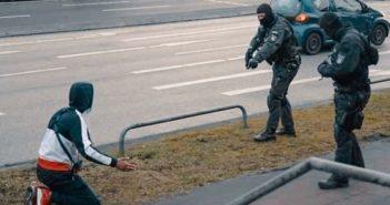 Bei Razzia in Hamm kniet Maxwell von der 187 Straßenbande vor Polizeibeamten mit Waffen