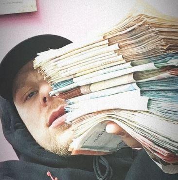 Bonez MC zeigt große Geldstapel in die Kamera - Tausende Euro in Bankverpackung