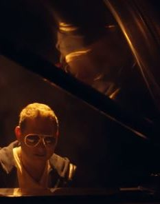 Scott Storch im Dunkeln am Piano
